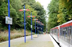 U-Bahnstation Schmalenbeck - Haltstelle der U 1 in der Gemeinde Großhansdorf. Ein Zug Richtung Haltestelle Grosshansdorf steht der Haltestelle.