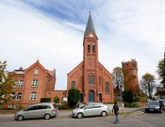 St. Laurentius Kirche - erbaut 1902 / Wasserturm errichtet 1897; Architektur in der Hansestadt Wismar.