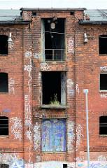 Verfallene Industriearchitektur - Dachwinde einer Lagerhaus - Ruine; Platter Kamp, Hansestadt Wismar.