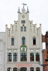 Jugendstilarchitektur - Gebäude am Marktplatz der Hansestadt Wismar.