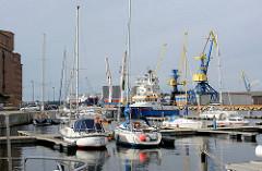Sportboothafen - Marina, Hansestadt Wismar - im Hintergrund Hafenkräne.