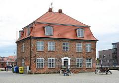 Historische Gewerbearchitektur - Baumhaus am Hafen der Hansestadt Wismar.