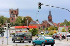 Türme des städtischen Wasserwerks und der St. Laurentiuskirche in Wismar - Strassenverkehr / Ampeln.