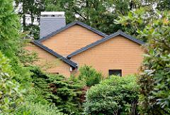 Wohnhaus im Grünen - Hausdächer zwischen Bäumen und Büschen in der Gemeinde Grosshansdorf, Kreis Stormarn.