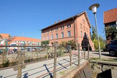 Brücke über den Mühlengraben in Mölln - im Hintergrund das historische Gebäude der alten Stadtmühle, die erstmals 1278 urkundlich erwähnt wurde - das jetztige Gebäude wurde 1865 errichtet und war bis 1958 in Betrieb.