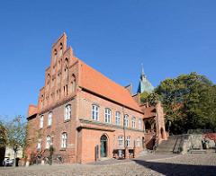 Historisches Rathaus von Mölln - das Gebäude wurde ab 1373 im Stil der Backsteingotik erbaut - rechts der Eulenspiegelbrunnen.