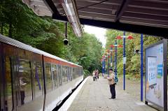 Haltestelle Kiekut - Linie U 1, Gemeinde Grosshansdorf. Ein Zug Richtung Norderstedt Mitte ist in die Station eingefahren.