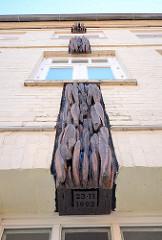 Bahide - Arslan - Haus in Mölln; aus Holzs geschnitzter Trauerflor an der Fassade des Hauses, gegen das am 23. November 1993 ein rassistischer Brandanschlag verübt wurde.