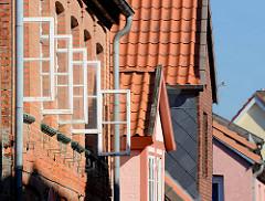 Bilder aus der Möllner Altstadt - historische Gebäude / Hausgiebel - geöffnete Holzfenster in der Sonne.