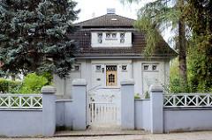 Villa mit hohen Bäumen - Steinmauer; Wohnhaus in Wismar.