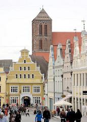 """Historische Gebäude """"Hinter dem Rathaus"""" - Turm der Nikolaikirche von Wismar; erbaut von 1381 bis 1487."""