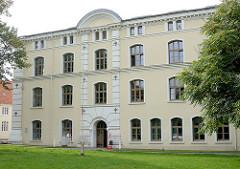 Lindenparkt von Wismar;  ehem. königlich-schwedische Provianthaus, erbaut 1690; jetzt Arbeitsamt Wismars