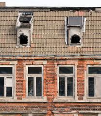 Verfallene Wohnhäuser - leerstehende Wohnungen; Ziegelarchitektur in Wismar, Platter Kamp.