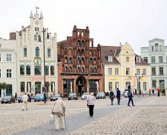Historische Häuserzeile am Markt in Wismar - Bildmitte das Bürgerhaus Alter Schwede - erbaut um 1380, spätgotischer Stil.