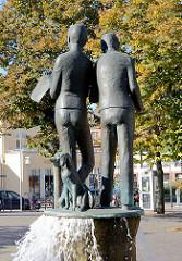 Brunnen mit Bronzeskulpturen - lesende Kinder - Hund; Stil der 1960er Jahre - bei der Mecklenburger Strasse in Mölln.