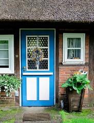 Blau weisse Eingangstür aus Holz - Fachwerkhaus mit Reetdach - Bilder aus der Gemeinde Grosshansdorf.