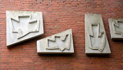 Bauschmuck an der Ziegelfassade der kath. Kirche Heilig Geist - stilisierte Tauben, Kunststil der 1960er Jahre.