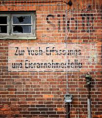Ziegelfassade im Hafen der Hansestadt Wismar - Hinweisschilder handgemalt - SILO II; ZUR VEAB - ERFASSUNGS UND EIERANNAHMESTELLE: