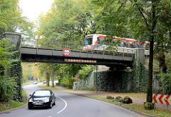 Hochbahnbrücke der U 1 über den Wöhrendamm in Grosshansdorf - ein Zug fährt über die Brücke.