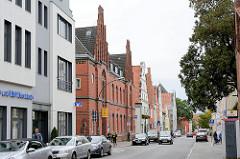 Historische Wohnhäuser / Geschäftshäuser in Wismar. In der Bildmitte das historische Postgebäude , errichtet 1886 - Backsteinarchitektur, neugotischer Architekturstil.
