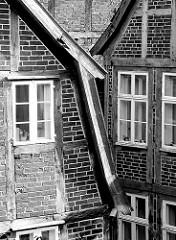 Fachwerkarchitektur Altstadt Mölln - Fachwerk mit Ziegel gefüllt, Holzfenster - schwarz-weiss Aufnahme.