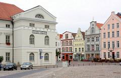 Rechter Giebel - Rathaus von Wismar - klassizistische Architektur, erbaut 1819 - Hofbaumeister Johann Georg Barca. Mittelalterliche + Klassizistische Architektur am Alten Markt der Hansestadt Wismar.
