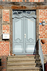 Holztür - Dekortür; historisches Fachwerkhaus in der Altstadt von Mölln.