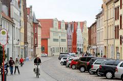Historische Gebäude - Wohnhäuser, parkende Autos - Bilder aus der Hansestadt Wismar.