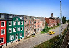 Restaurierte und verfallene Wohnhäuser an der Güterbahnstrecke Platter Kamp in Wismar.
