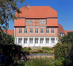 Historisches Gebäude am Mühlengraben in Mölln - weisse Säulen, mehrstöckiges Fachwerkgebäude.