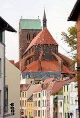 Blick zur St. Nikolai Kirche der Hansestadt Wismar - im Vordergrund Wohnhäuser an der Mühlengrube / Mühlenbach.