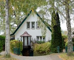 Einzelhaus mit Spitzdach zwischen Bäumen - Bilder aus der Gemeinde Großhansdorf - Kreis Stormarn.