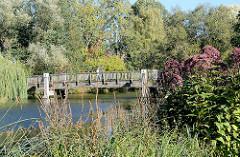 Mühlengraben am Möllner Kurpark - Holzbrücke, Grünpflanze - Bäume.