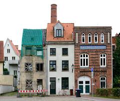 Historische Wohnhäuser, Backsteinhaus - ehem. Dampf- Wasch und Plättanstalt; Ruine mit vernagelten Fenstern - Architekturfotos aus Wismar.
