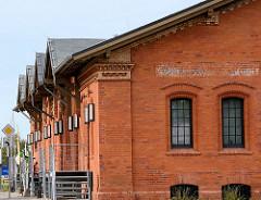 Ziegelarchitektur / Backsteinarchitektur; ehem. Abfertigungsgebäude Güterbahnhof Wismar / Hafen - jetzt Gewerberaum, Büros.