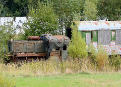 Ehem. Rangiergleis an der Bahnstrecke am Platter Kamp in Wismar - rostige Lokomotive, Bahnwaggon.