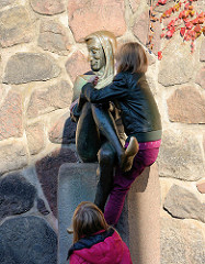 Gedenkstein Till-Eulenspiegel am Möllner Marktplatz - Bronzeskulptur, um 1960; Künstler Karlheinz Goedke.  Aberglaube, dass die Berühung der Eulenspiegelskulptur Glück bringt.