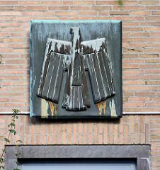 Stilisierter Bundesadler über dem Eingang eines Telekommunikationsgebäudes.