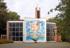 Katholische Heilig Geist Kirche in Grosshansdorf - Wandmalerei Das himmlische Jerusalem an der Aussenfassade des Kirchengebäudes.