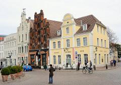 Historische Häuser am Marktplatz der Hansestadt Wismar.  In der Bildmitte das Bürgerhaus Alter Schwede, erbaut 1380 im spätgotischen Stil, Wohnhaus - Speichergebäude