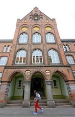 Backsteinarchitektur der Goethe Schule in Wismar / Eingang;  errichtet 1890 auf dem Gelände des Dominikanerklosters / Schwarzes Kloster.
