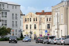 Alt und Neu - Neubauten und renovierungsbedürftiger Altbau in der Hansestadt Wismar.