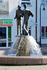 Brunnen mit Bronzeskulpturen - lesende Kinder; Stil der 1960er Jahre - bei der Mecklenburger Strasse in Mölln.