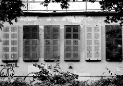 Villa / Abrisshaus in Wismar - Fenster mit Metallplatten verschlossen; Schwarz-Weiss Fotografie.