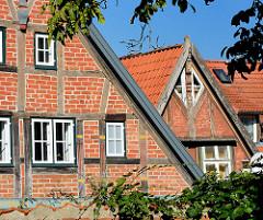 Architekturbilder aus Mölln - Fachwerkgiebel, Holzfenster.