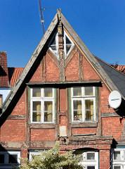 Architekturfotos aus Mölln - Fachwerkgiebel, Holzfenster; moderne Satelliten-Schüssel