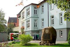 Architektur in Wismar - einstöckiges Wohnhaus, Findling aufgerichtet unter der Regierung Friedrich Franz  IV.