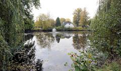 Teich  an der Hoisdorfer Landstrasse - kleine sprudelnde Fontainer - Wohnhaus am Wasser.