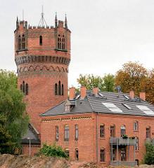 Historischer Wasserturm und Maschinenhaus der Hansestadt Wismar - neogotische Backsteinarchitektur, erbaut 1897.