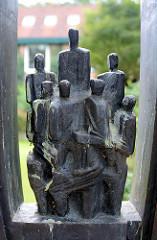 Detail - Metallskulptur auf einem Findling - Inschrift: SYNERGIA - Das Zusammenwirken schöpferischer Kräfte in Wissenschaft und Technik. In ihr sind wir geborgen aber auch gefangen. Siegfried J. Assmann.